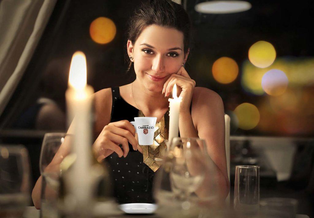 Donna che beve Caffè Carracci