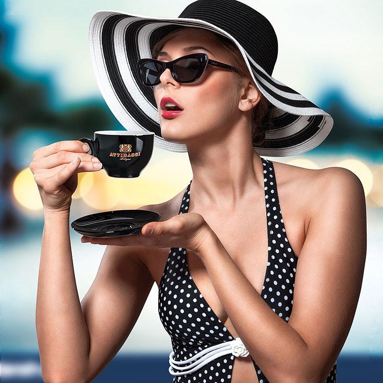 Illustrazione Digitale donna che beve caffè
